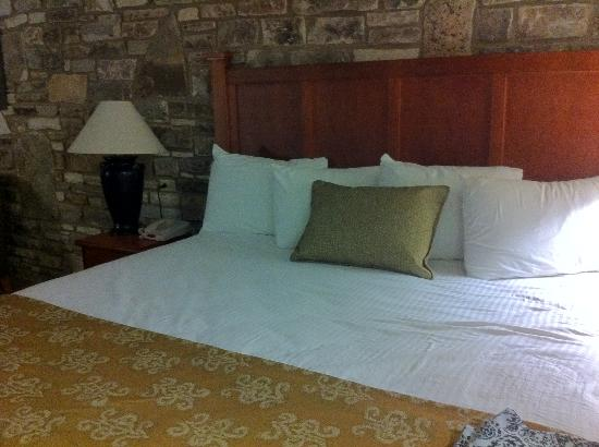 Inn of the Hills Hotel & Conference Center: fresh and modern new linen
