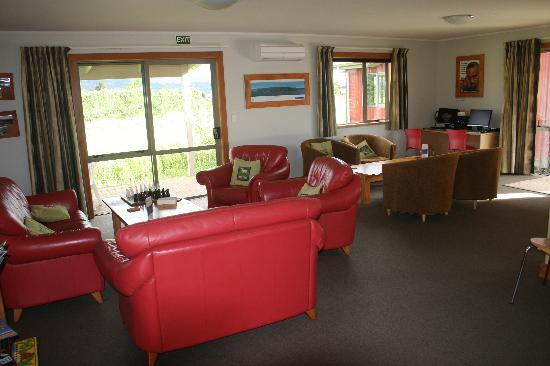Eden&#39;s Edge Backpackers Lodge: Common living room area