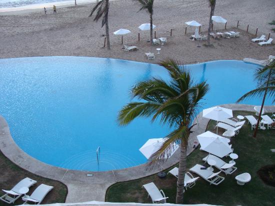 Crowne Plaza Mazatlan: view of infinity pool and beach from rm 309