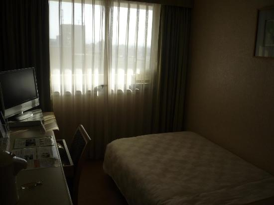 Karasuma Kyoto Hotel: bed and small desk