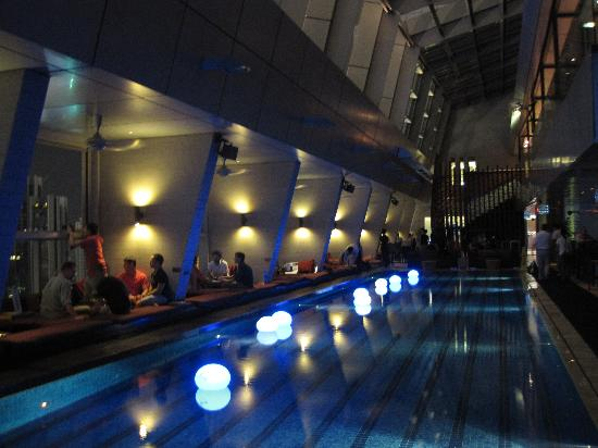 The roof top bar swimming pool picture of traders - Rooftop swimming pool kuala lumpur ...