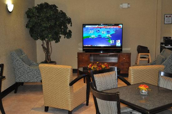 Comfort Suites UCF / Research Park: Comfort Suites UCF/Research Park: Breakfast Lounging Nook (View 2)