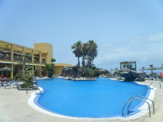 Ambar Beach Resort &amp; Spa: Hotel and pool