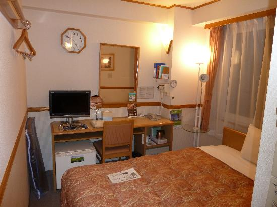 Toyoko Inn Uguisudani-Ekimae: Even smaller than the usual Toyoko Inn room.