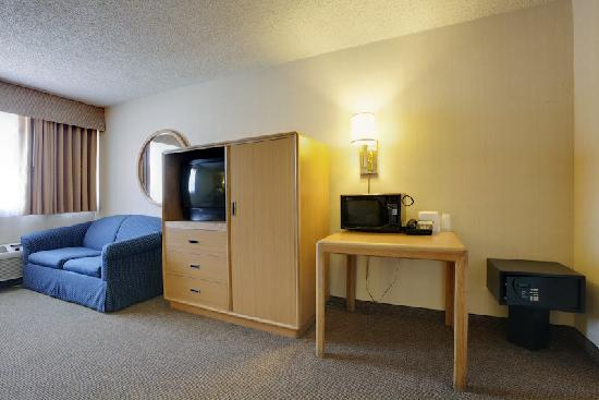 Americas Best Value Inn Hotel Visalia: TV Desk and Safe