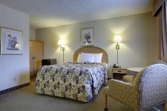 Americas Best Value Inn Hotel Visalia: Queen Bed Room