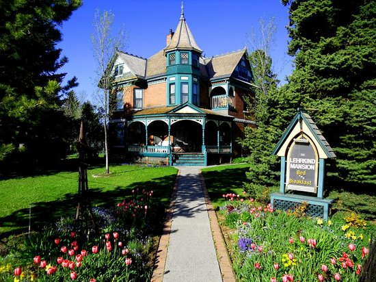 Bozeman's Lehrkind Mansion Bed and Breakfast: The Mansion in spring and early summer is full of tulips and flowers everywhere!