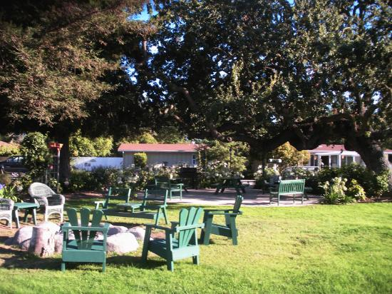The green area in the courtyard at Meadowlark Inn by Solvang