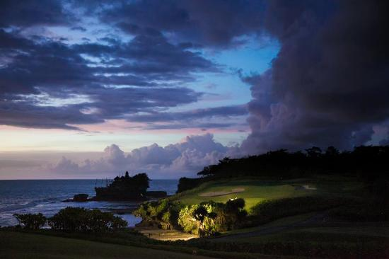 Tabanan, Indonsie : View of Tanah Lot and Pan Pacific golf course set 