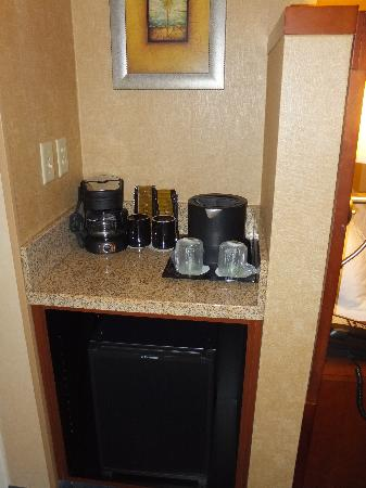 Courtyard by Marriott Salisbury: coffee &amp; refrigerator area