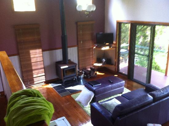 Montville Misty View Cottages: Lounge from upstairs