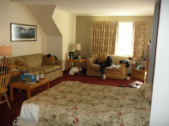 Attitash Grand Summit Hotel: View of Living Room with Murphy Bed down