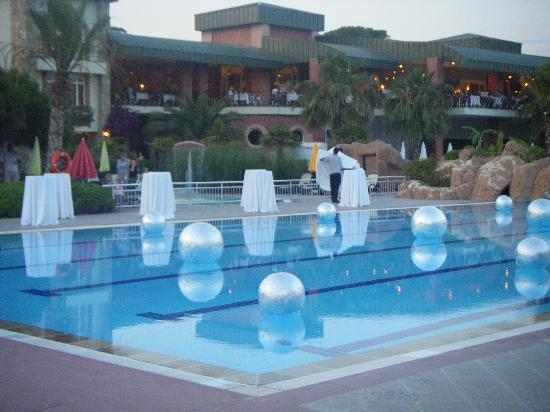 Maritim Pine Beach Resort: pool party evening