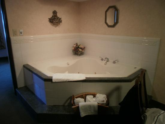 Hampton Inn Lansing: The whirlpool tub