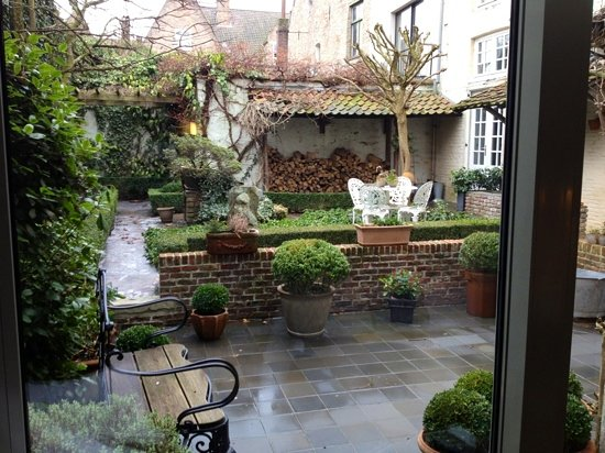 Number 11 Exclusive Guesthouse: courtyard in wintertime