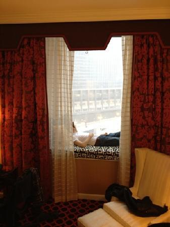 Hotel Monaco Chicago - a Kimpton Hotel: the amazing window seat