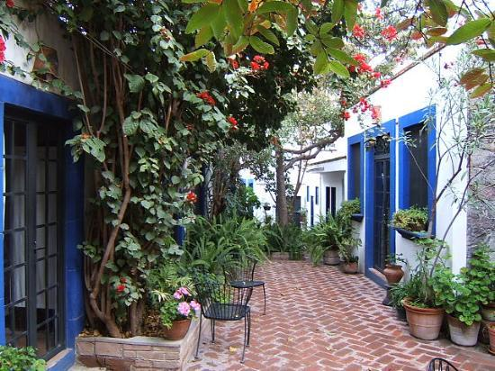 Casita de las Flores: Rooms on left, kitchen/dining on right