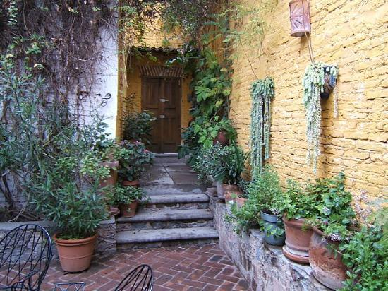 Casita de las Flores: Door from courtyard to privada entrance.