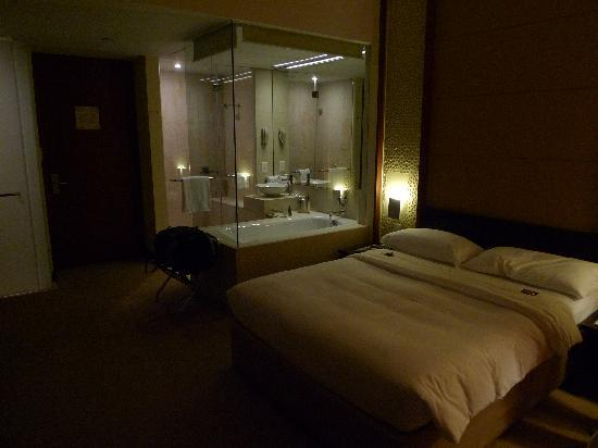 Qamardeen Hotel: Room with glass walled bathroom