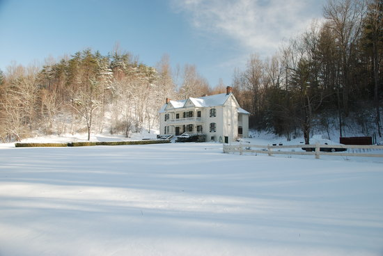 Mountain Rose Inn: Front of house in snow