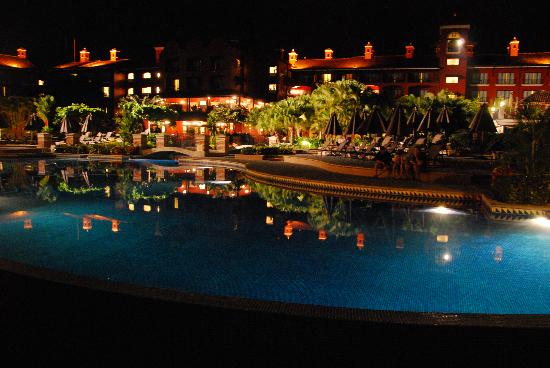 Herradura, Kostaryka: Pool view at night