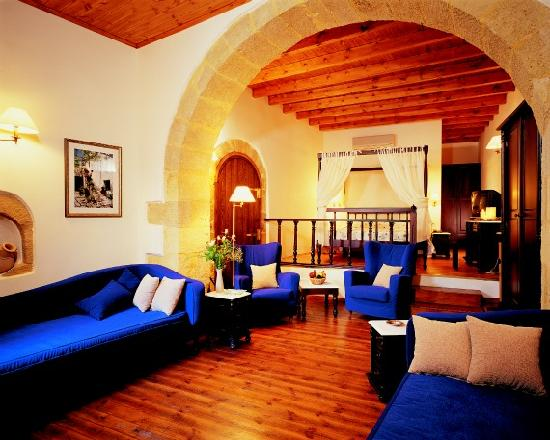 Spilia Village Hotel: Room with sitting area
