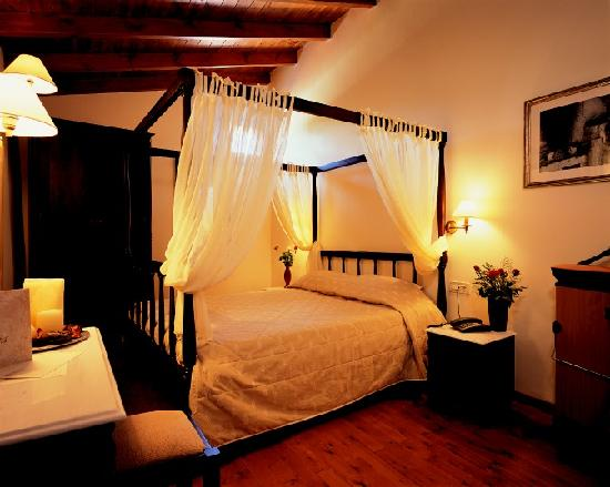 Spilia Village Hotel: Room in two floors / Bedroom