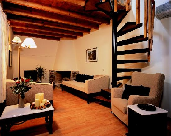 Spilia Village Hotel: Room in two floors / Sitting area