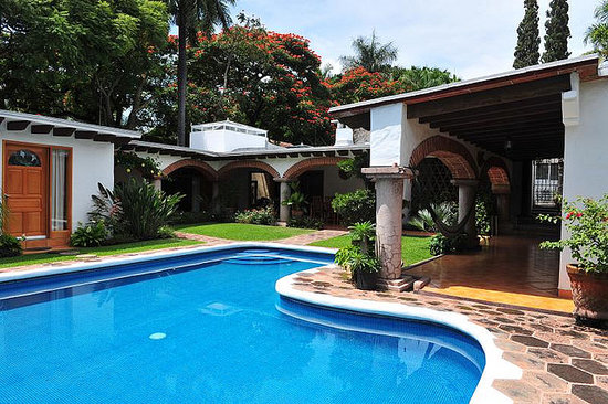 Casa Chocolate Bed and Breakfast: Pool and garden