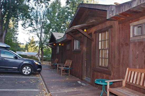 Groveland Motel & Indian Village: Rooms are all on one floor in cabin-like buildings with parking directly in front.