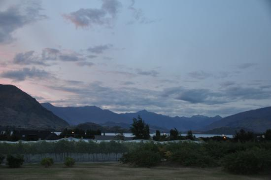 Beaconfield B&B: Evening view from rear patio over Lake Wanaka