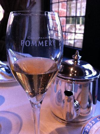 Relais Bourgondisch Cruyce - Luxe Worldwide Hotel: Champagne at breakfast
