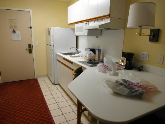 Extended Stay America - Los Angeles - Glendale: Efficient kitchen.