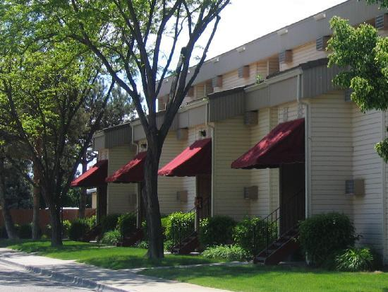 Bond Hotel & Extended Stay: Peaceful Setting in Quite Residential Neighborhood