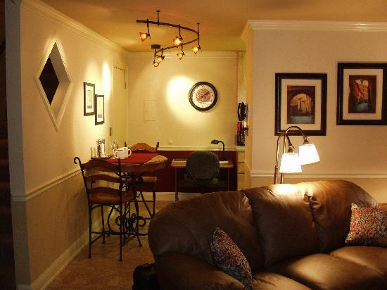Bond Street Motel Apartments: Living Room - Class and Comfort