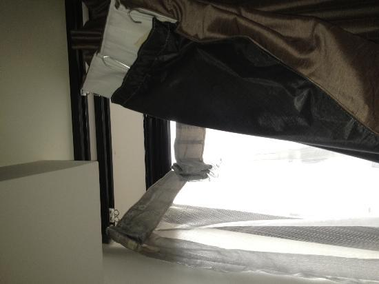 Diamant Hotel Sydney - by 8Hotels: Curtains falling off