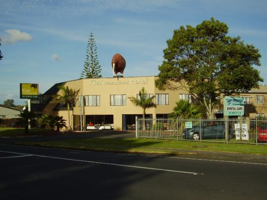 Auckland Airport Kiwi Hotel: The property, view from the road
