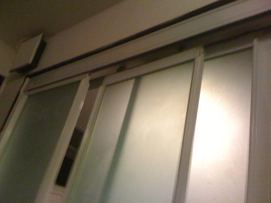 Bridal Tea House Hotel (Aberdeen): broken rest room sliding door