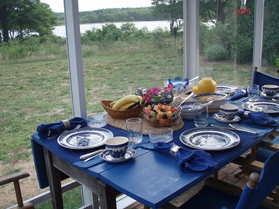 Gull Cottage Bed & Breakfast: A delicious breakfast overlooking the  Pond