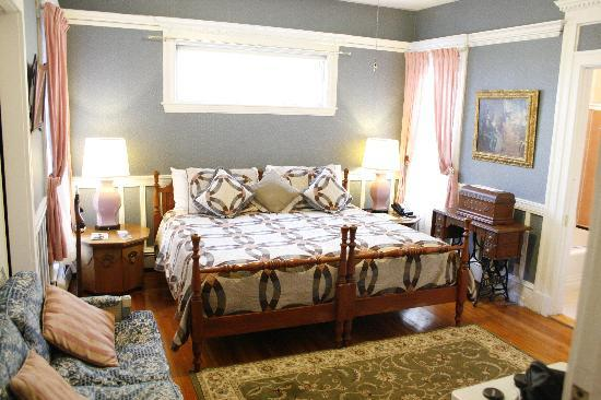 Coolidge Corner Guest House: Bed & Bagel : The newly-renovated Royal Room features an ensuite bath with full tub. (Photo taken February 201