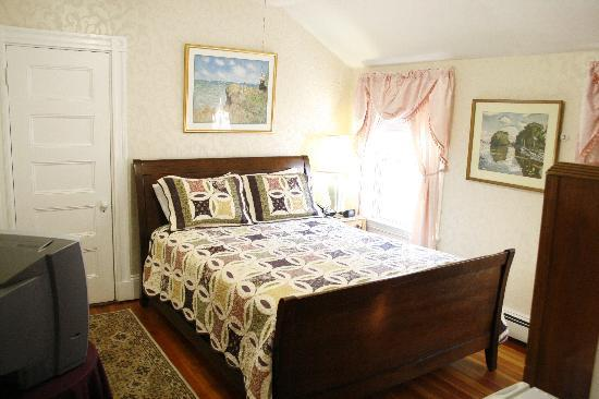 Coolidge Corner Guest House: Bed & Bagel: The light-filled Sunshine Room has a private bath.