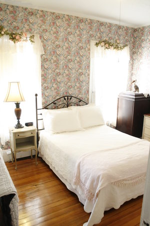 Coolidge Corner Guest House: Bed &amp; Bagel: The cozy Rose Room is perfect for singles or couples.