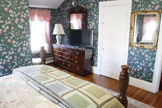 Coolidge Corner Guest House: Bed & Bagel: The Captain's Room can sleep up to four people.