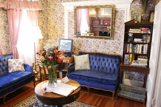 Coolidge Corner Guest House: Bed & Bagel : Read, chat with friends, or check your e-mail in our living room.
