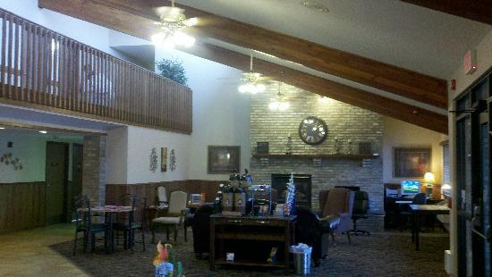 AmericInn Lodge &amp; Suites St. Cloud: Hotel Lobby - Cozy!