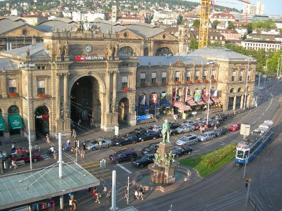 Hotel Schweizerhof Zurich: Central train station from my window