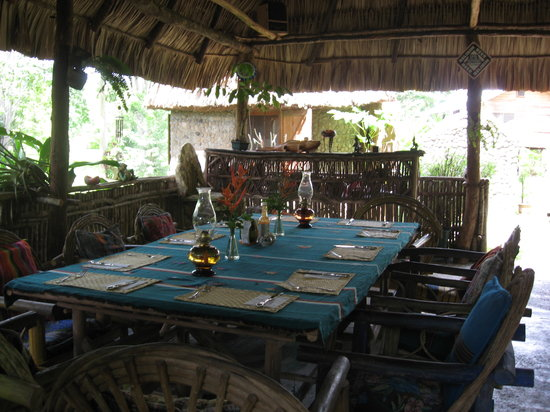 Macaw Bank Jungle Lodge: Dining area set for family