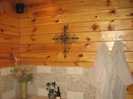 Cripple Creek Bed and Breakfast Cabins: The tub is so awesome!