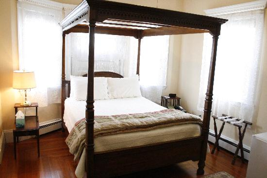 Coolidge Corner Guest House: Bed & Bagel: The bright, airy Bay Room features a canopy bed.