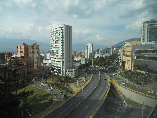 Hotel bh El Poblado: Highway in the back part of the hotel